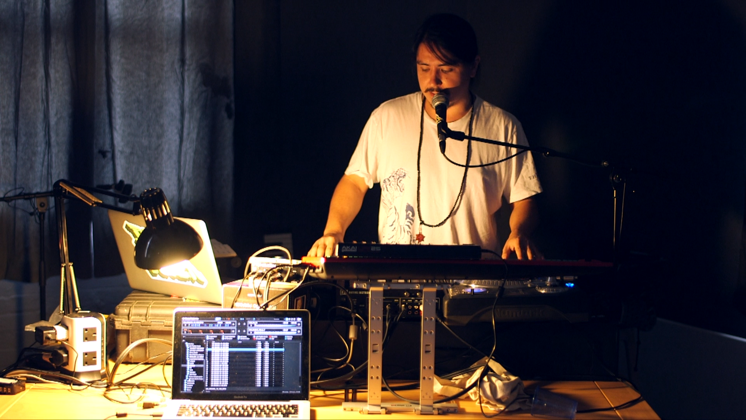 asian-hawk-dj-scratch-Ni-Traktor.png